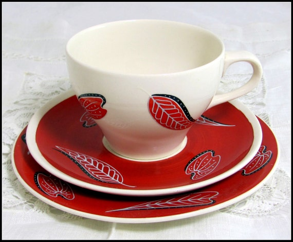Art Deco Wade Trio, Dramatic Mid Century Wade 'Pagan' Red & Black Leafy Cup, Saucer, Teaplate Trio Set 1950s