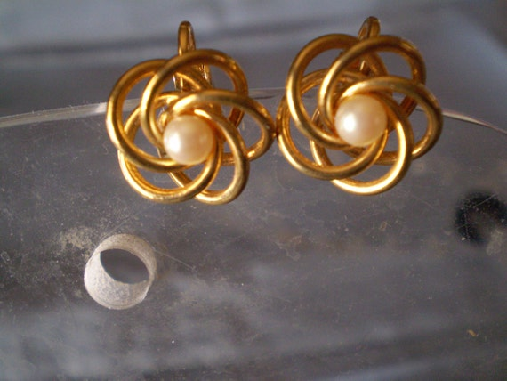 """SALE Vintage Womens 9/16"""" Goldtone Clip On Round Circles with Center Pearl Earrings"""