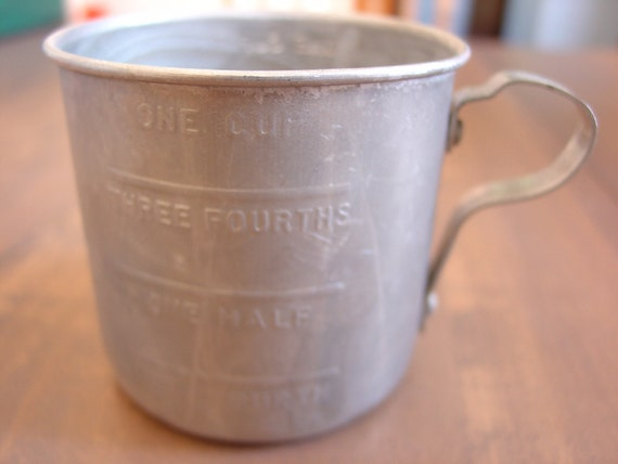 Vintage 1 Cup  tin measuring cup in good condition. Cute little cup to display.