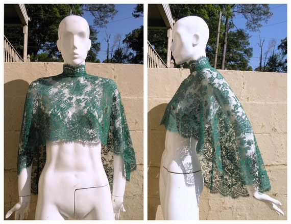 Vintage 1940s Green Chantilly Lace Capelet with Scalloped Edges OSFA