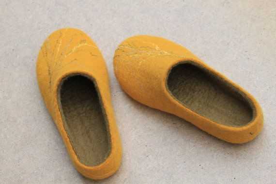 Handmade felted slippers from 100 percent natural sheep's wool (EU39, UK6 , US8.5 ), free shipping.