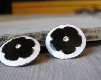Retro Clip Earrings, Flowers earrings, Black and White, Mad men, Mid century Enamel earrings, casual jewelry, Traditional elegant Jewelry