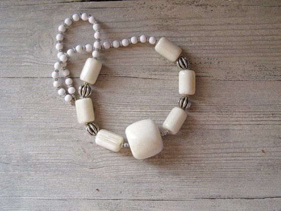 Mid century White Chunky Necklace, Vintage 70s necklace, Retro jewelry, Mad men