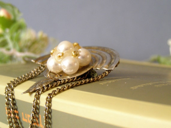 Retro pearls Brooch, Metal brooch with white pearls, Mid century golden jewelry, Juan Mad men, Mod jewelry