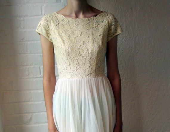 Vintage 50s or 60s wedding dress // lace and chiffon