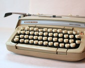 CREAM PUFF Vintage TYPEWRITER Mid Century Smith-Carona Working Manual Typewriter with Power Space Bar and Carrying Case