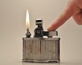 Working RARE Art Metal Works Ronson De-Light JUMBO Table Lighter