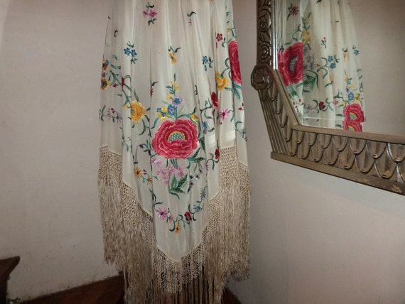 Vintage French embroidered piano shawl wrap, 1900s embroidered scarf elegant French embroidery in ivory w roses and fringes