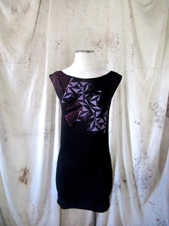 Amulet calligraphy with geometric pattern Women's black tunic