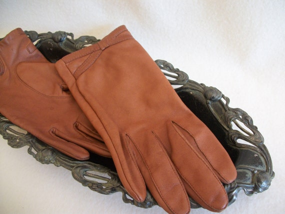 Women's vintage leather gloves, size 7, caramel, tan, women's small / petite fit. 1970's, driving gloves.