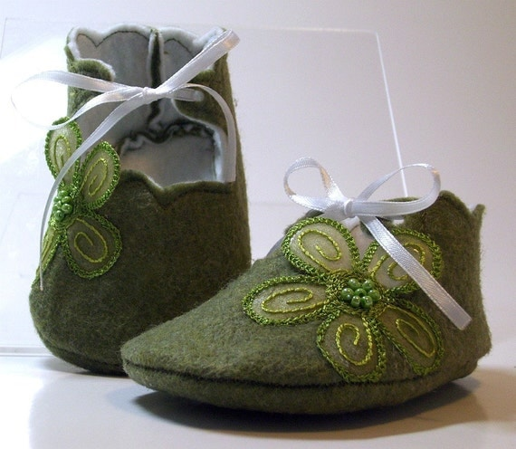 Baby booties, baby shoes green felt with applique