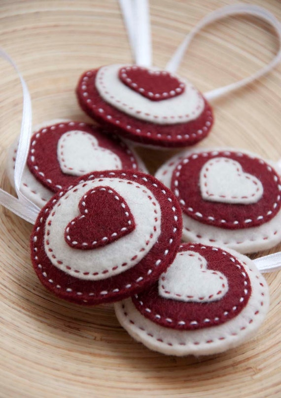 Round felt ornaments - set of 5 circles in red and white,  felt heart ornaments