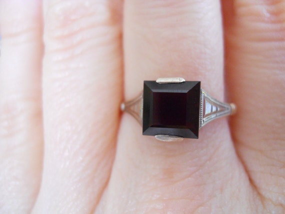 Antique 9ct gold ring with Square cut Garnet