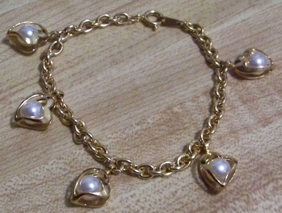 Vintage AVON Goldtone and Heart Shaped Caged Faux Pearl Rolo Link Bracelet