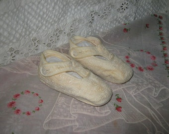 Baby shoes embroidered with side buttons