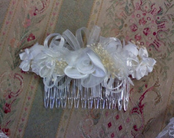 Comb with white roses and  ribbons
