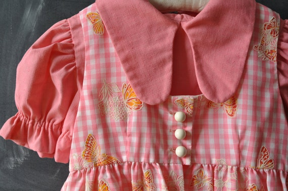Salmon colored shift dress, with gingham pinafore apron with butterflies, for young girl, 60s 70s