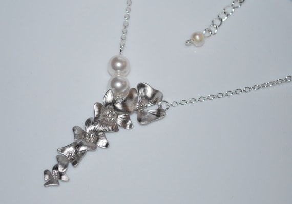 Five-flower Necklace - with Two Crystal Pearls, White