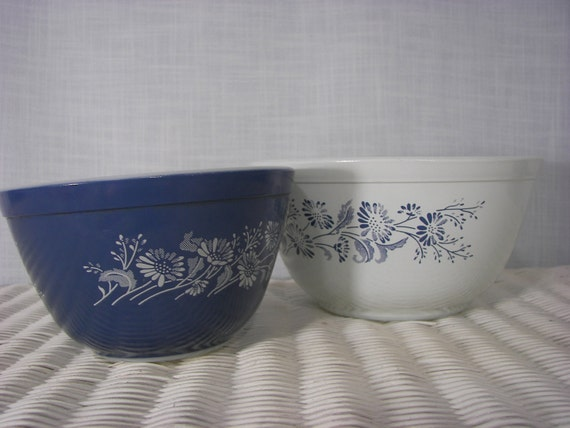 Vintage Pyrex Mixing Bowls Colonial Mist Set of 2