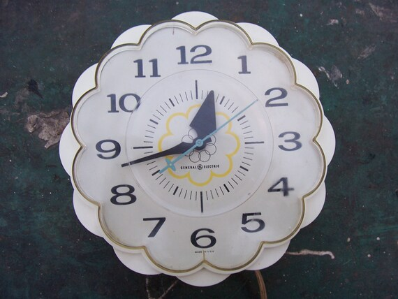 Vintage Retro Mod Mid Century Plastic Kitchen Wall Clock 60's GE General Electric