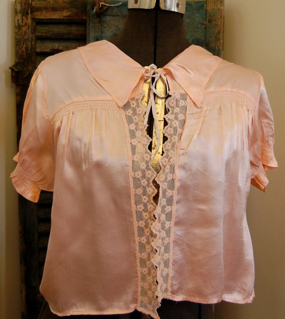 Vintage Women's Blush Pink Satin Bed Jacket with Collar and Lace Trim 1940s 1950s