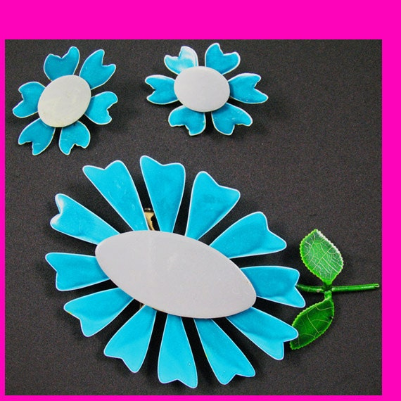 S a L e    P r I c E    r E d U c T i O n    Enamel Flower pin & earrings set, Vintage 1960s  DAISY PIN, TURQUOISE, gray, green, clip-ons
