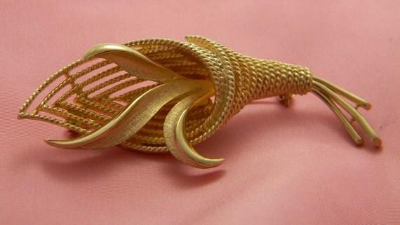 Coro gold vintage brooch leaf motif twisted rope