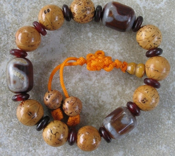 Mala bracelet with beautiful bodhi seed beads & Tibetan dzi