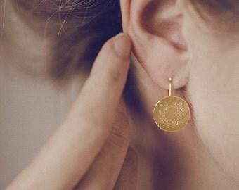 Runder Ohrhänger mit zartem Punktmuster in Silber, vergoldet