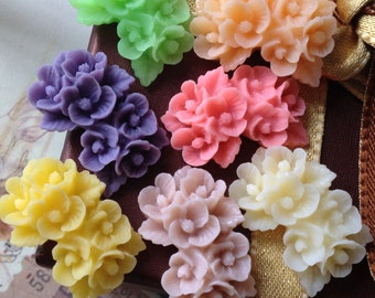 7 Pieces of  26mm x 17mm Resin Flower Cabochons of Assorted Colour. (.ng)