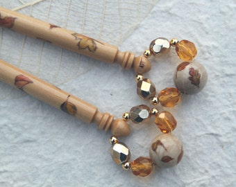 Midland Lace Bobbins - pair of Boxwood bobbins painted with Autumn leaves with matching bottom bead