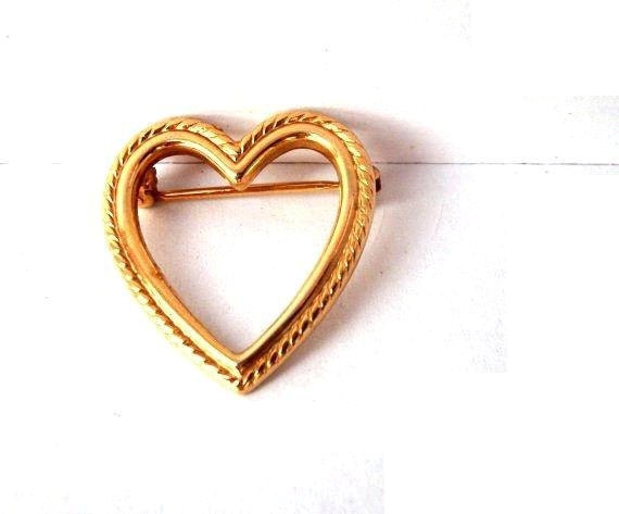 gold heart pin - With Love - small vintage brooch, tagt team