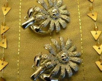 vintage jewels ...  silvertoned FLORAL DAISY EARRINGS ...