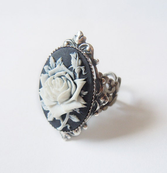 Ice Queen's Rose: Elegant Gothic Lolita Ring