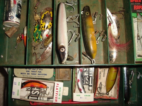 Vtg Fishing Tackle Box Loaded with wood & plastic Lures, baits, spoons, rapalas, Heddons, Flatfish etc