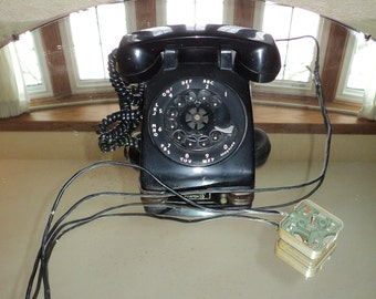 Retro Mid Century Modern Black Bakelite Plastic Rotary Dial phone with the original wirings and connections in Vintage condition.