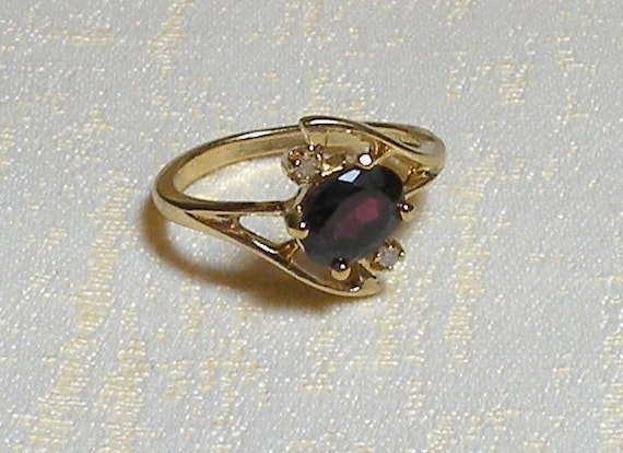 Vintage Ring Garnet Rhinestones Gold Tone Twisted Prong Setting