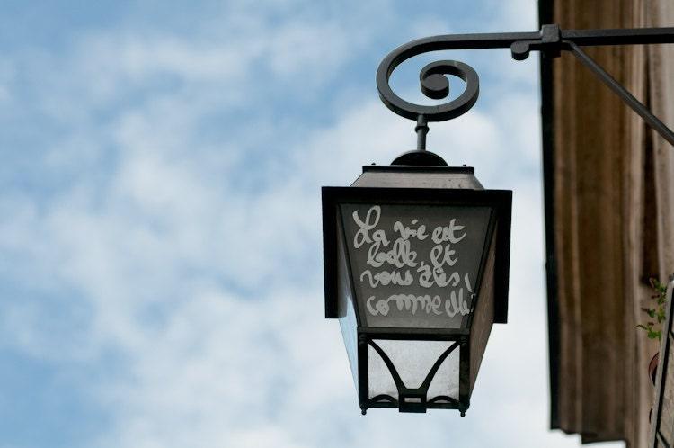 paris graffiti photograph la vie est belle street lamp. Black Bedroom Furniture Sets. Home Design Ideas