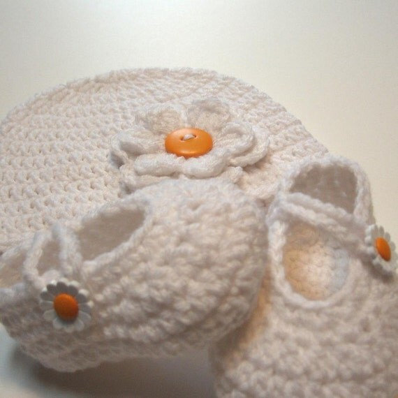 Crochet baby hat and booties set.  Crochet hat.  Crochet booties. 6 to 12 months. Beanie.  Mary Janes.  Ready to ship.  Daisys.  Photo prop.