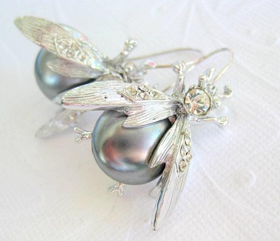 Glass pearl earrings in silver tone metal --HumABuzz--
