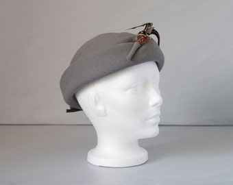 SALE - Vintage 1950/60s Gray hat with feather & bow detailing