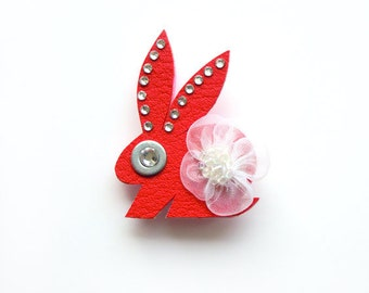 BUNNY ANDY BROOCH in red with white flower