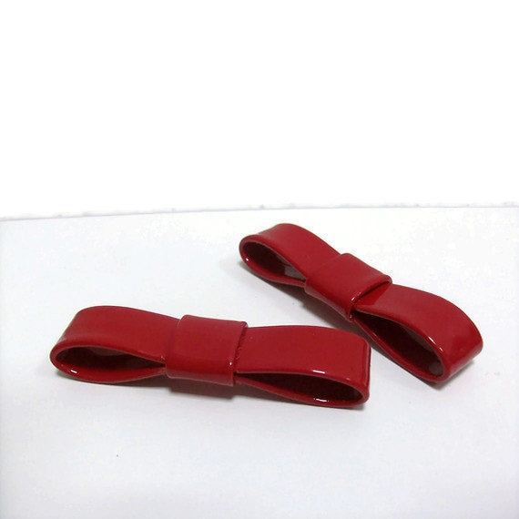 Red patent bow shoe-clips