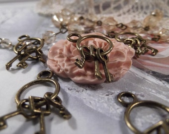 Antique Bronze - Keys on Ring Charm --- 5 pieces --- CHM - 033