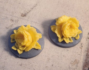 4 Pcs Unique Vintage Style flowers yellow flower on grey base Cameo Cabochons (AV026)