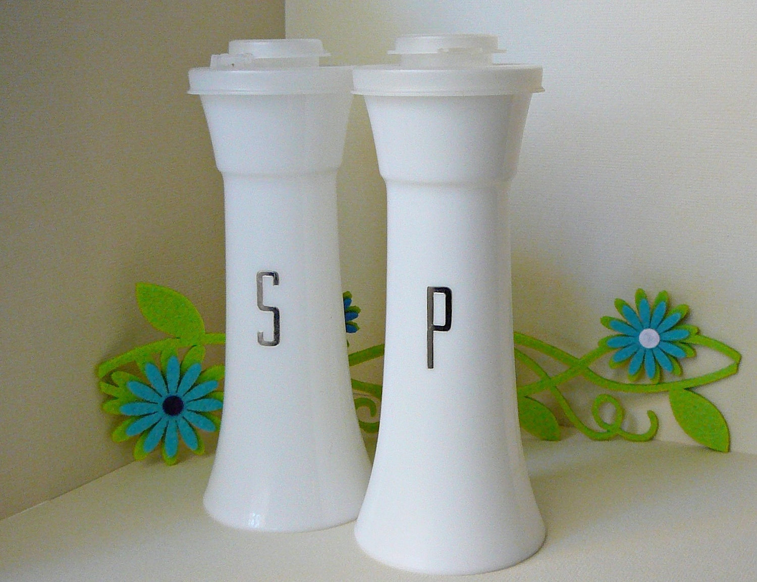 Reserved for drumbrat77 vintage plastic tupperware hourglass for Vintage tupperware salt and pepper shakers