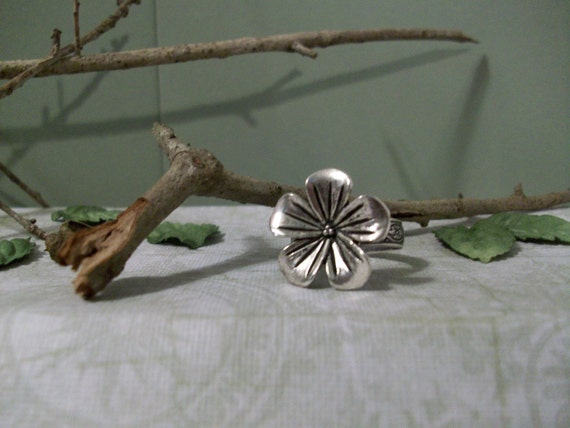 antique silver flower ring with flower design band.  MJ406/WG010