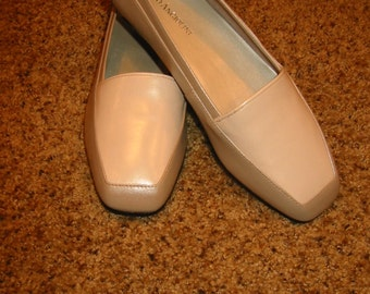 vintage womens Enzo Angiolini leather flats . . . color block . . . beige/tan/gold . . size  7 W