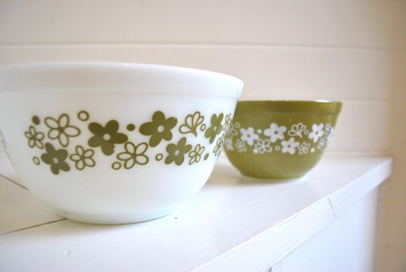 set of two pyrex avocado green daisy flowers mixing bowls adds instant vintage style to your kitchen and tabletop
