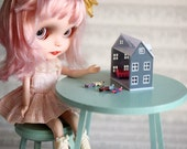 Mini vintage dollhouse - for 1/6 scale dollhouse collection - house with 3 dolls - perfect for Blythe, Pullip, and Lati